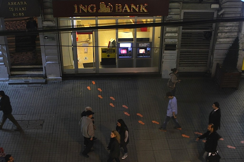 ing-bank_guerilla-marketing_gerillapazarlama_no-comment_dogrudan-istiklal-caddesi_beyoglu