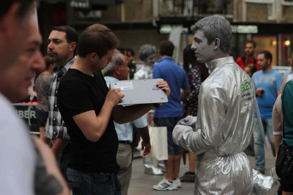 acer-s3_ultrabook_guerilla_direct_marketing_no-comment_street
