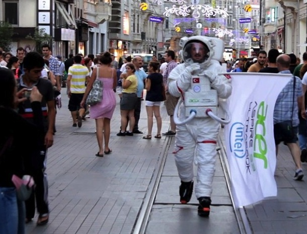 acer-s3_ultrabook_guerilla_direct_marketing_no-comment_street_astronot_flash-mob_street_istiklal-caddesi