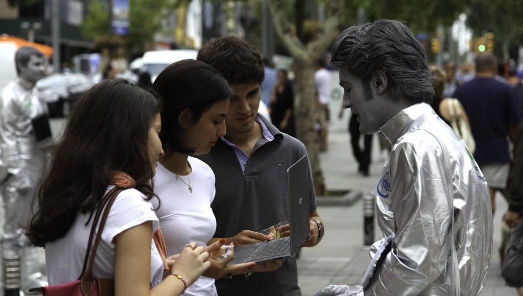 acer-s3_ultrabook_guerilla_direct_marketing_no-comment_street_sokak