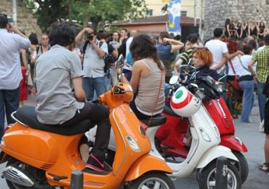vespa_piaggio_-marketing-stunt_vespa-rainbow-no-comment_guerilla-marketing_gizli-pazarlama-1